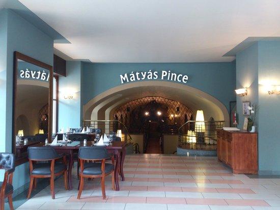 Budapest - Matyas Pince Etterem - interior 1