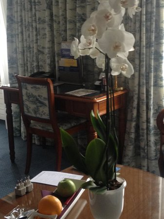 Storchen Zurich: Fresh orchid in the room.