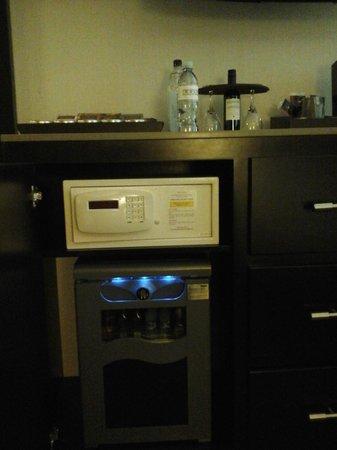Luxe City Center Hotel : geladeira cofre