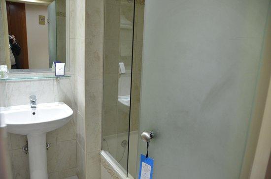 Capsis Hotel Thessaloniki : A small but good bathroom