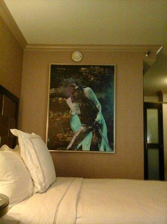 Luxe City Center Hotel : cama e decoração