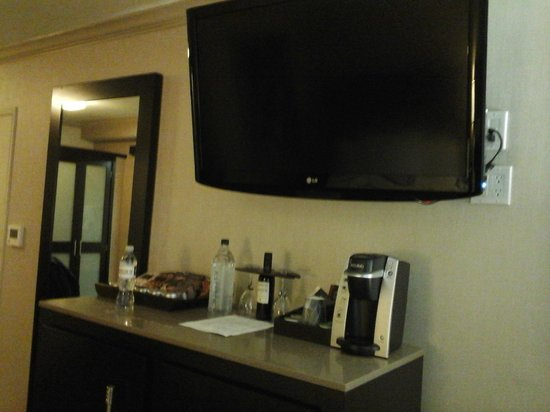 Luxe City Center Hotel: tv e cafeteira