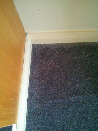 Premier Inn Glasgow City Centre (Charing Cross) Hotel: awful carpet and fittings