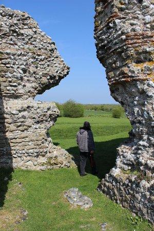 Richborough Roman Fort and Amphitheatre: The impressive walls at the Roman Fort