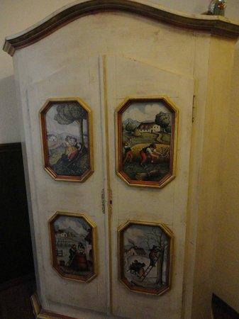 Hotel Vier Jahreszeiten : Traditional furniture