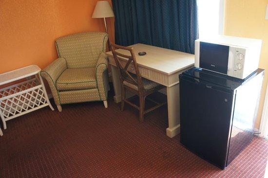 Sunset Inn: Desk With Chair
