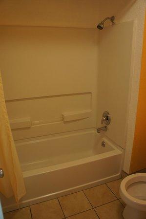 Sunset Inn: Bath Tub