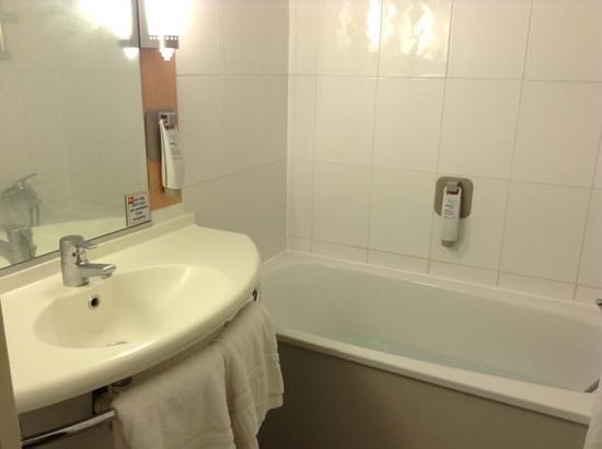 Ibis London Heathrow Airport: bath tub