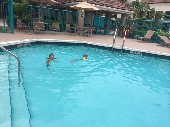 HYATT house Miami Airport: The pool is climated