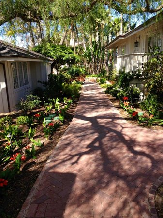 Belmond El Encanto: Walkway between bungalows