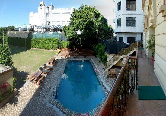 Radisson Hotel Jalandhar : outdoor garden and pool