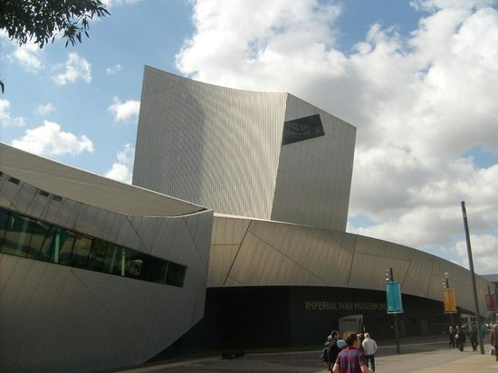 Imperial War Museum North: Iconic building ..