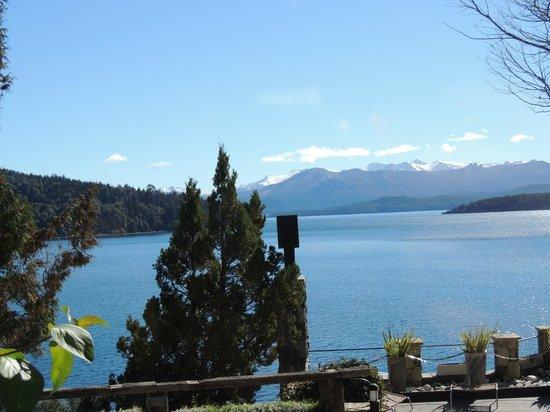 Lirolay Suites : vista do lago nahuel aos pes do hotel