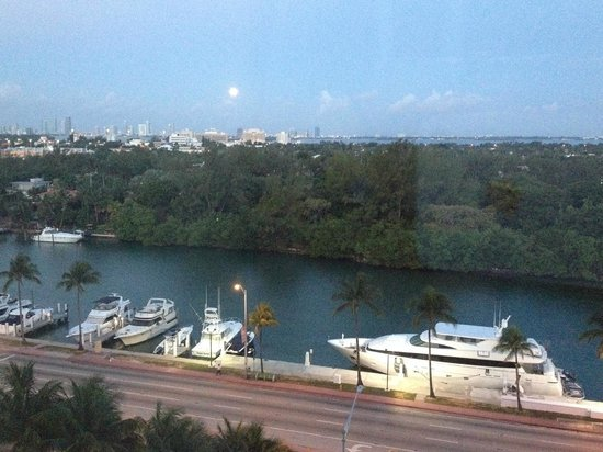Fontainebleau Miami Beach : LOOKING WEST, MOON OVER MIAMI