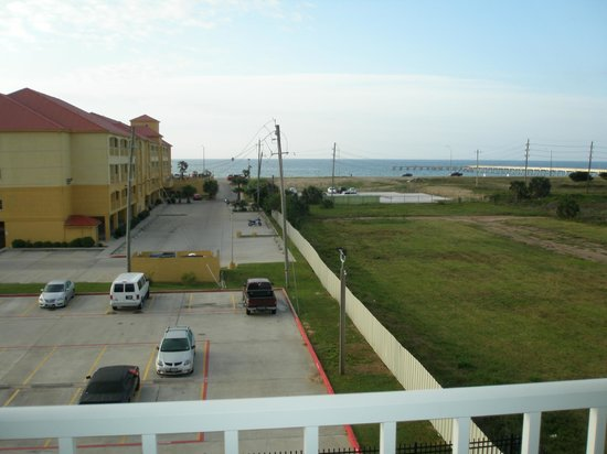 Days Inn & Suites Galveston West/Seawall: View from balcony looking at Seawall
