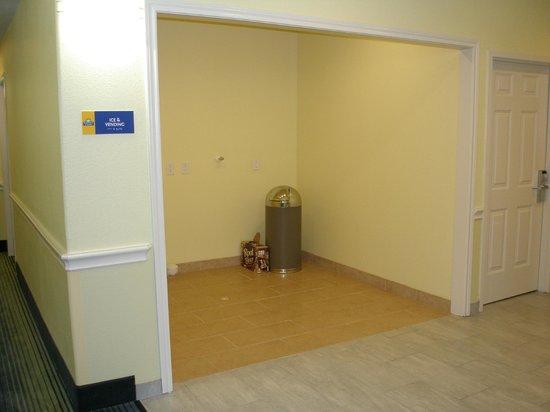 Days Inn & Suites Galveston West/Seawall: Empty vending/ice area
