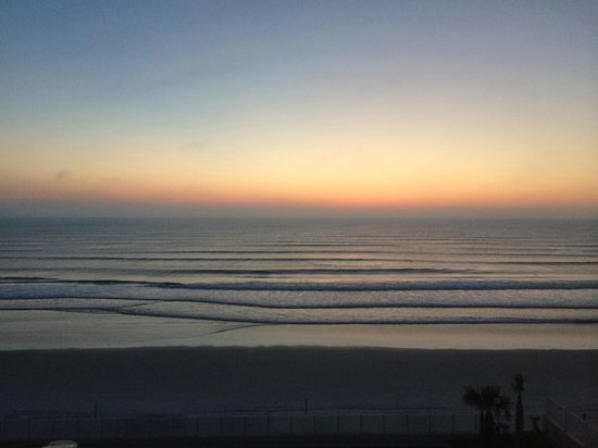 Hampton Inn Daytona Beach/Beachfront: Daybreak from Room