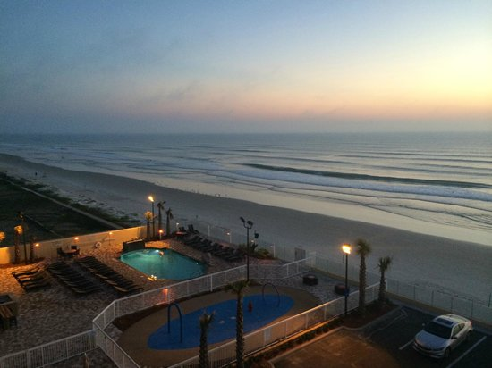 Hampton Inn Daytona Beach/Beachfront: View of beach and ocean