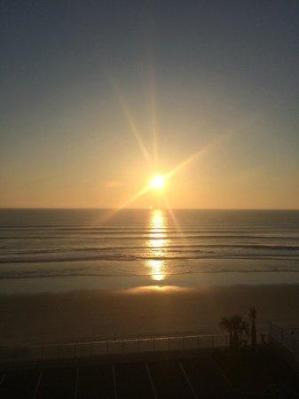 Hampton Inn Daytona Beach/Beachfront: Sunrise from Room