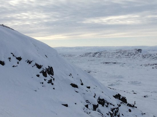 Iqaluit, Canada : Snow covered hills