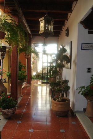 Casa Santa Lucia: Pasillo que comunica al patio