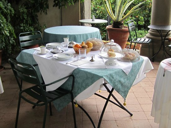 Hotel Fabbrica di San Martino : Our own private breakfast on the patio every morning!