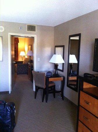 Embassy Suites by Hilton Brea - North Orange County: Bedroom desk