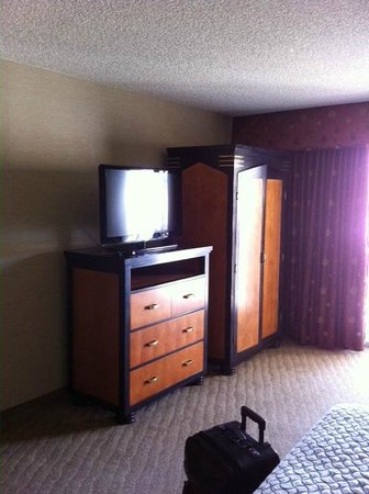 Embassy Suites by Hilton Brea - North Orange County: Bedroom TV and armoire