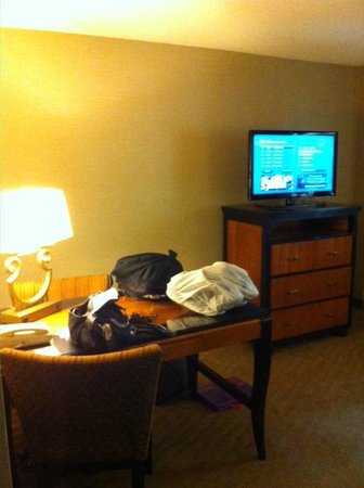 Embassy Suites by Hilton Brea - North Orange County: Front room desk and TV