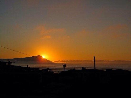 Monalisa Beach Resort: Beautiful sunset over the ocean and Todos Santos island