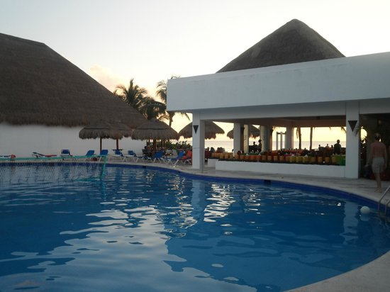 Sunscape Sabor Cozumel: Pool and restaurant