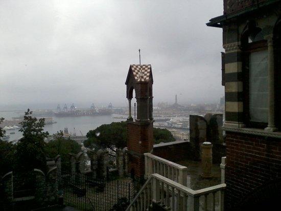 Castello d'Albertis: Вид на порт и маяк