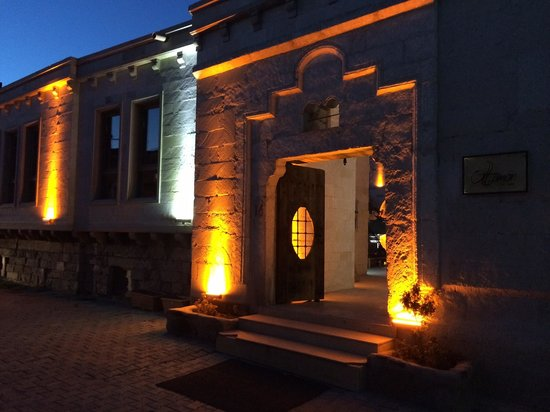Ottoman Cave Suites : Entrance at night