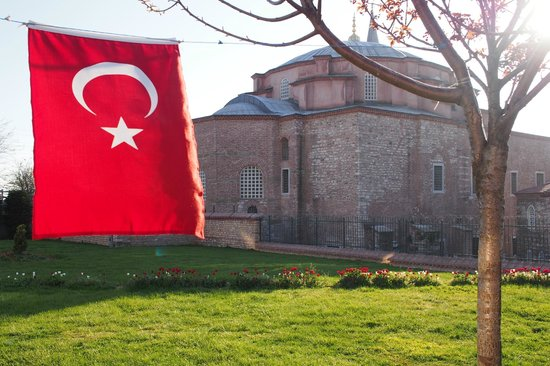 Kucuk Ayasofya Camii (Church of the Saints Sergius and Bacchus): Флаг похож на советский, с него и срисован, наверное