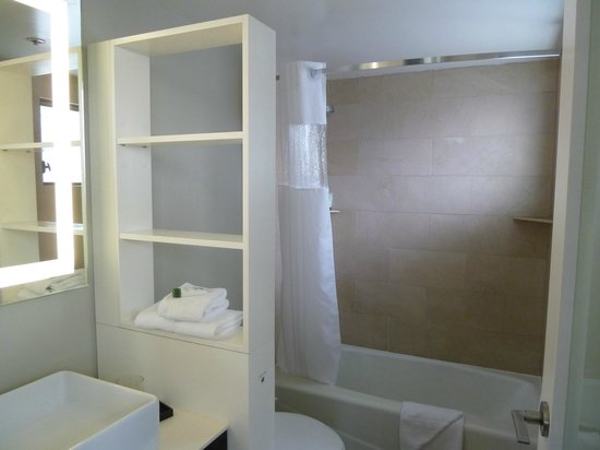 Hotel Renew: Clean lovely bathroom