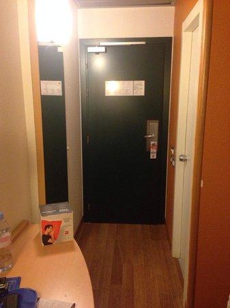 Ibis Milano Centro: The entrance to the room