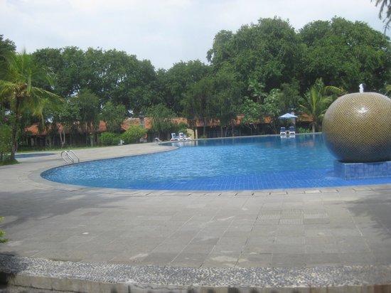 Singgasana Hotel Surabaya: Huge, well-tended pool area.