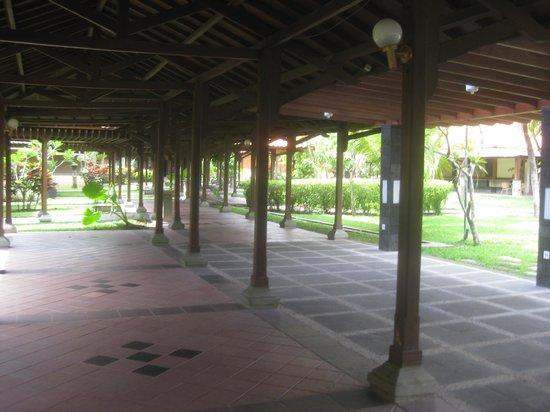 Singgasana Hotel Surabaya: Wide covered walkways.