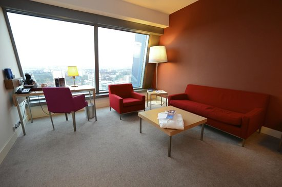 Radisson Blu Hotel, Frankfurt: Couch area in the Business Class room