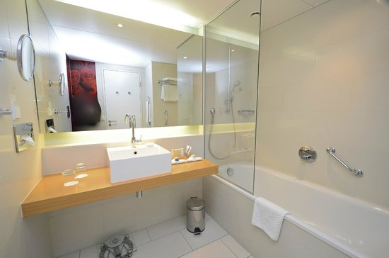 Radisson Blu Hotel, Frankfurt: Simple and stylish bathroom