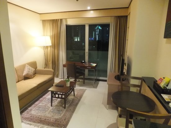 Adelphi Suites Bangkok : living room-kitchen