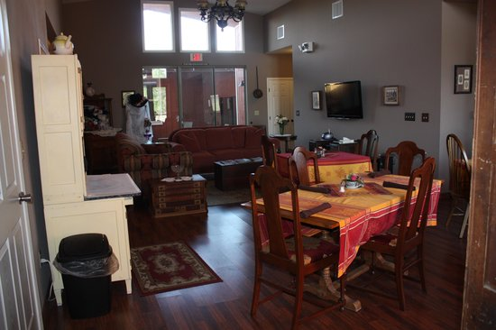 Virgil's Corner Bed & Breakfast: Spacious living and dining area.