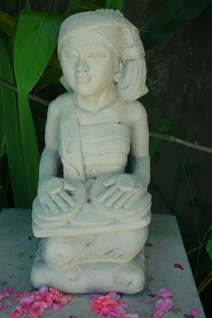 The Mansion Resort Hotel & Spa: statue beside pool