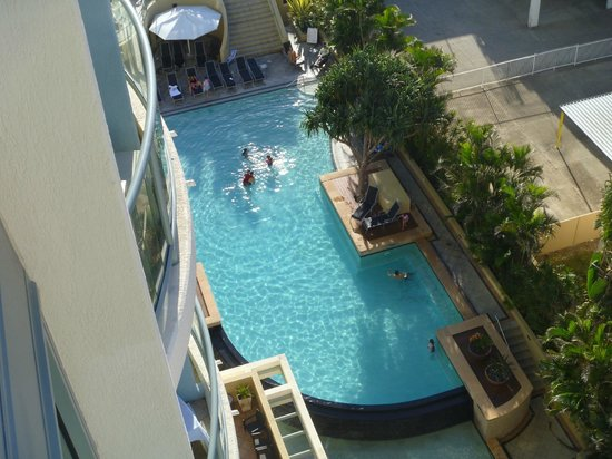 Mantra Legends Hotel: Beautiful swimming pool, photo taken from room balcony.