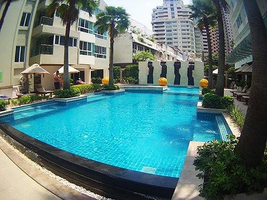 Legacy Suites Sukhumvit by Compass Hospitality : piscina do hotel - muito boa