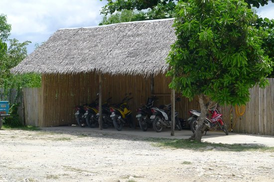 Cliffside Resort: Motorbikes just right from the entrance