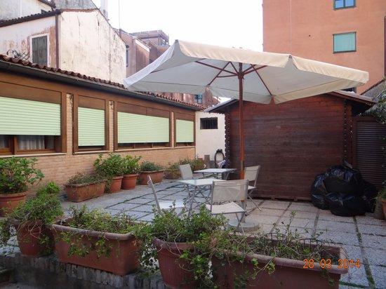 Hotel Villa Rosa: patio para ir a la habitación.