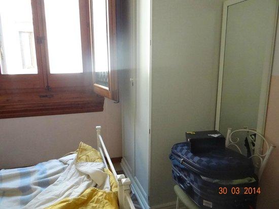 Hotel Desiree: Habitación incomoda