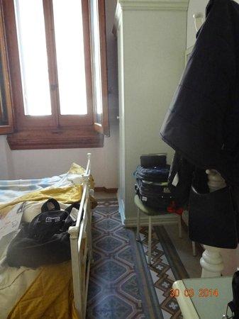 Hotel Desiree: Habitación muy incomoda