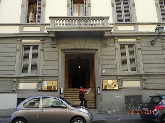 Hotel Desiree: puerta del edificio donde esta el hotel.